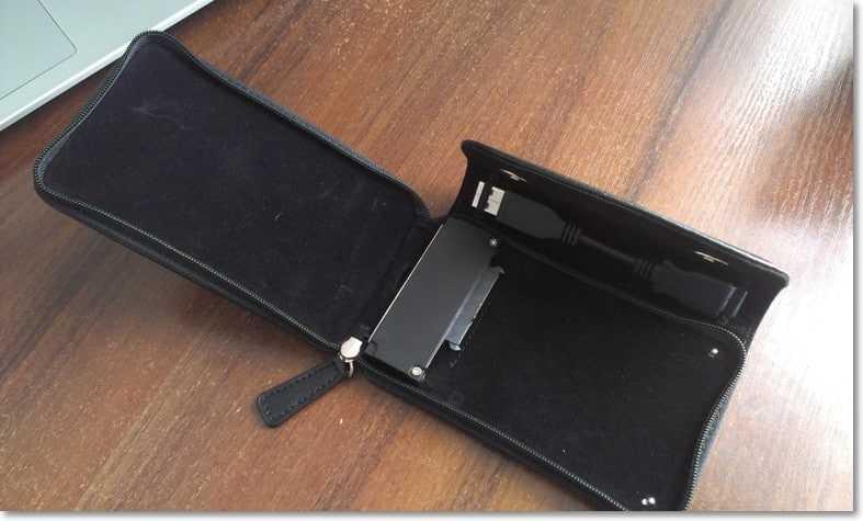 Открываем карман для установки жесткого диска