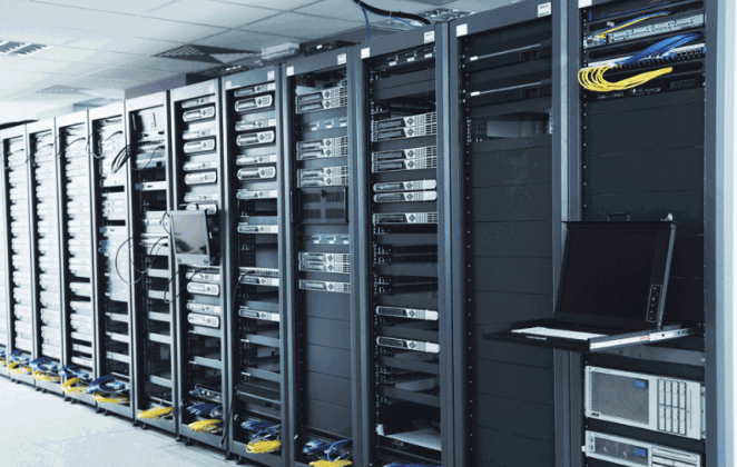 Сервера на стойках в дата-центре.