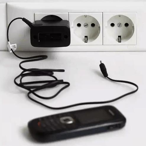 Зарядка от телефона в розетке.